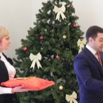 Символический ключ вручает руководитель проектов комплексного освоения территорий ЗАО «Строительный трест» Анзор Берсиров