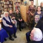 Ветераны поселка Новоселье в зале экспозиции, посвященной подвигу блокадного Ленинграда в библиотеке поселка.