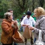 Подарки  участникам вручает Вераника Иосифовна Низамова - начальник отдела социальной политики и взаимодействия с некоммерческими организациями